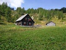 Uma casa da madeira nos cumes de Áustria/Itália imagem de stock