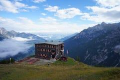 Uma casa da montanha sobre o vale de Stubai em Tirol Imagens de Stock