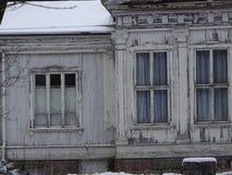 Uma casa de campo velha está vazia devido ao inverno em nosso arquipélago e em sua natureza bonita dela Foto de Stock Royalty Free