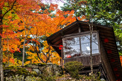 Uma casa de chá japonesa vista durante o outono em Takao, Kyoto, Japão Foto de Stock