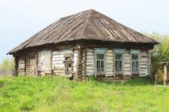 Uma casa de madeira abandonada. Fotografia de Stock Royalty Free