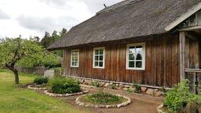 Uma casa de madeira em Lituânia Fotos de Stock