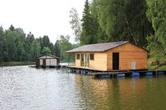 Uma casa de madeira perto da água ver?o Relaxe no rio bathhouse Istra fotografia de stock royalty free