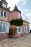 Uma casa de mansão cor-de-rosa imagens de stock royalty free