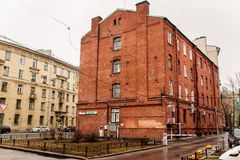 Uma casa do quatro-assoalho do tijolo vermelho com a peça de uma rua foto de stock royalty free