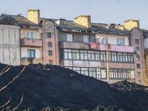 Uma casa e uma grande pilha da terra Imagens de Stock