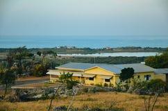 Uma casa em um monte em Jamaica fotos de stock