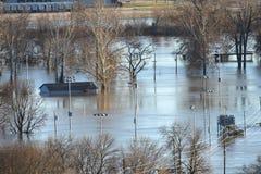 Uma casa está sob a água após a inundação no parque do vale, Missouri imagens de stock
