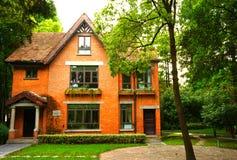 Uma casa europeia do estilo do tijolo alaranjado imagem de stock