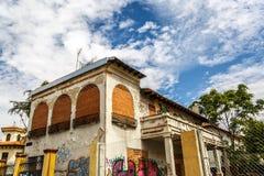 Uma casa fechado e abandonada no meio de uma cidade Foto de Stock Royalty Free