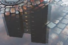 Uma casa feita do concreto espelhado na poça imagem de stock royalty free