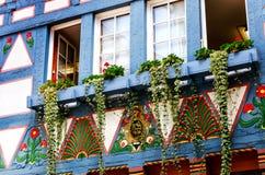Uma casa metade-suportada velha com decoração floral e ornamento coloridos em Alsfeld, Hesse, Alemanha foto de stock royalty free