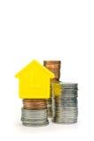 Uma casa modelo e moedas Foto de Stock