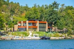 Uma casa moderna em 1000 ilhas e em Kingston em Ontário, Canadá Fotografia de Stock Royalty Free