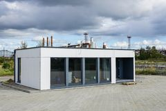 Uma casa modular nova para um escritório pequeno imagens de stock