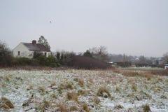 Uma casa na neve fotografia de stock royalty free