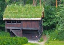 Uma casa norueguesa velha da explora??o agr?cola imagem de stock royalty free