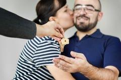 Uma casa nova da compra feliz dos pares fotografia de stock royalty free