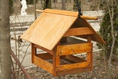 Uma casa para a suspensão de alimentação do pássaro Imagem de Stock Royalty Free