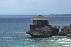 Uma casa pequena em uma rocha, praia de Kubu, Jimbaran, Bali fotografia de stock