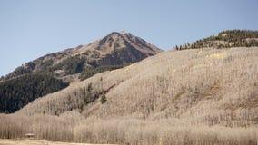 Uma casa pequena em uma grande montanha Fotos de Stock Royalty Free