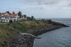 Uma casa que negligencia o oceano na ilha de Terceira nos Açores portugueses fotos de stock royalty free