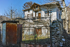 Uma casa típica com um vinhedo na jarda na vila de Rozhen, Bulgária Fotografia de Stock Royalty Free