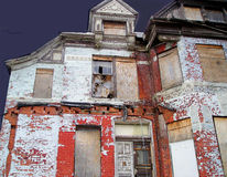 Uma casa velha abandonada fotografia de stock