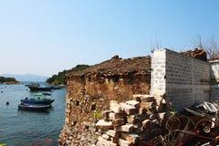 Uma casa velha da rocha ao lado do litoral foto de stock royalty free
