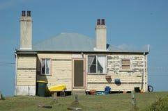 Uma casa velha da tábua de revestimento, contra um céu azul Fotos de Stock Royalty Free