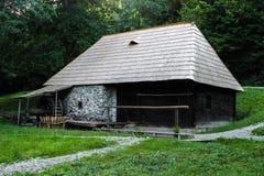 Uma casa velha do moinho nas madeiras foto de stock royalty free