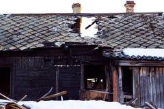 Uma casa velha que seja destruída pelo fogo de uma catástrofe natural ou pela negligência dos povos imagem de stock