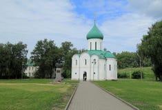 Uma catedral antiga em Pereslavl Zalessky que é uma parte do anel dourado do russo Foto de Stock Royalty Free