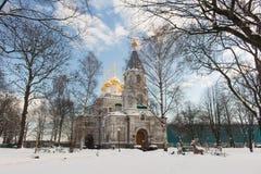 Uma catedral de pedra branca grande do russo da igreja com abóbadas douradas Imagem de Stock
