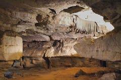uma caverna nas montanhas com um furo fotografia de stock royalty free