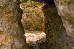 Uma caverna pequena com pedras pesadas imagem de stock