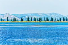 Uma cena calma da costa croata no mar de adriático Imagens de Stock Royalty Free