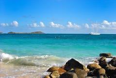 Uma cena calma na praia oriental em St Martin foto de stock royalty free