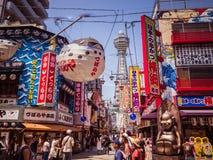 Uma cena da rua em Osaka que mostra a torre famosa de Tsutenkaku Fotografia de Stock Royalty Free