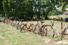 Uma cerca Around The Yard feito de bicicletas velhas foto de stock royalty free