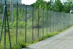 Uma cerca com uma maneira pedestre Fotos de Stock Royalty Free