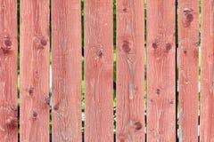 Uma cerca das placas com os nós pintados com pintura do marrom avermelhado Venezianas verticais lisas Fundo com textura de madeir foto de stock royalty free