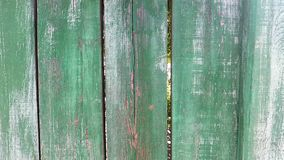 Uma cerca de madeira do vintage velho pintada com pintura verde e branca, que se tinha desvanecido já video estoque