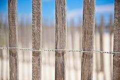 Uma cerca de madeira envolvida no fio na praia para impedir a erosão Fotografia de Stock Royalty Free