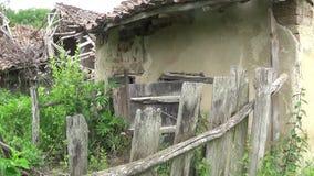 Uma cerca de madeira quebrada e um gado desmoronado vídeos de arquivo