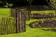 Uma cerca em um jardim imagens de stock royalty free