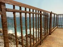 Uma cerca oxidada do ferro do tempo no parque de Nervi imagem de stock royalty free