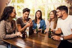Uma cerveja é sempre uma boa ideia foto de stock