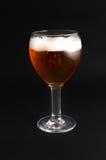 Uma cerveja fria no fundo de vidro e preto Foto de Stock Royalty Free