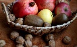 Uma cesta com alguns fruto e porcas nele Saboroso e saudável fotografia de stock royalty free